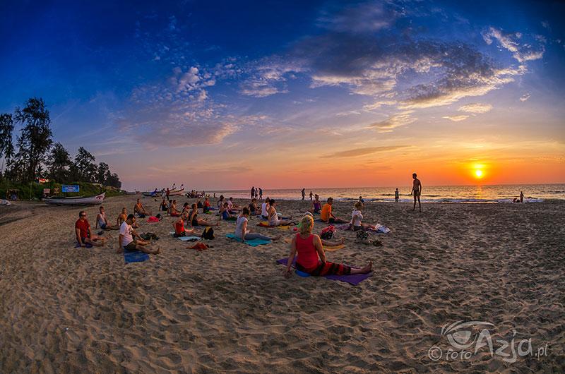 Zajęcia jogi na plaży Arambol. Goa
