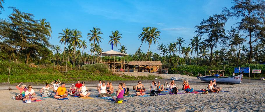 Zajęcia jogi na plaży Arambol, Goa